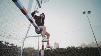 """Fotograma de Danny encima de una portería del vídeo de """"Mocoso"""" para la portada reedición del single"""